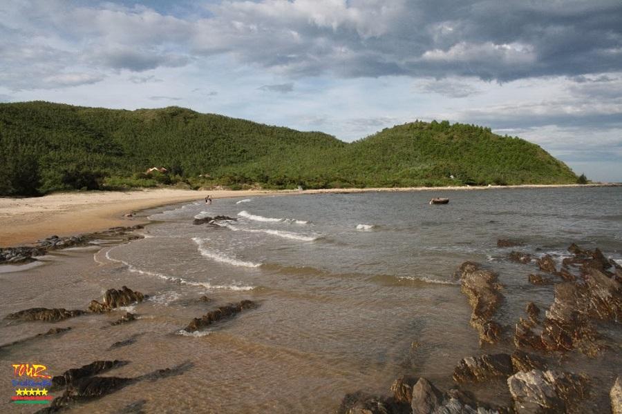 Du lịch Quảng Bình đến điểm mộ đại tướng ở Vũng Chùa - Đảo Yến 2